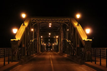 Brücke by night