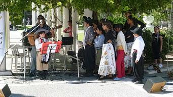 Folkloredarbietung einer Jugendgruppe in Santa Rosa. Singen...