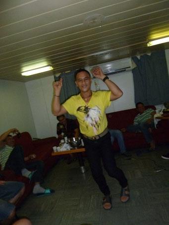 ...der 2. Ingenieur mit Tanzeinlage zum Karakoke