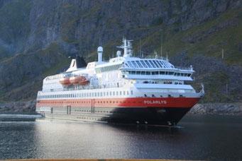 Hurtigrouten-Schiff fährt ein