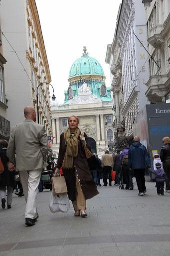 """Der """"Graben"""" - die Einkaufsmeile in Wien mit Hofburg im Hintergrund"""