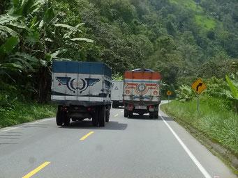 Bergauf Überholmanöver von Lastwagen im Schritttempo ist normal. Vor allem bei Kurven abenteuerlich.