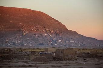 Anfahrt auf das morgentliche Oruru im Frühnebel...