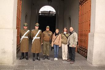 Photo mit Wache und Osvaldo unserem Guide in Uniform