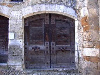 Pérouges, un village magnifiquement conservé, une vieille porte.