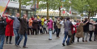 Offenbachs Oberbürgermeister Dr. Felix Schwenke führt die Senioren-Flashmob-Aktion im Rahmen des IZGS-Projekets GESCCO. | Foto: IZGS