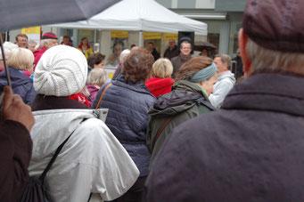 Einübung der nächsten Choreographie bei der Senioren-Flashmob-Aktion im Rahmen des IZGS-Projekets GESCCO.  | Foto: IZGS
