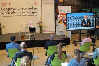 Aus Wiesbaden begrüßt die Teilnehmenden digital der Hessische Ministerpräsident Volker Bouffier. | © Foto: S. Schlitt, EKKW