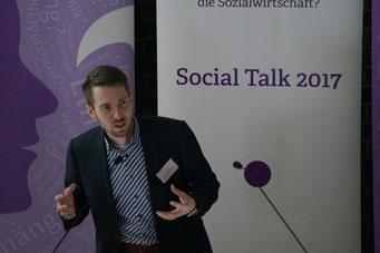 Tobias Meyer (IZGS der EHD) moderiert die Projekt Pitch Area auf dem Social Talk 2017 © Sabine Schlitt, EKKW
