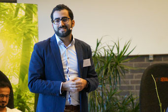 Farid Bidardel (CodeDoor.org.) moderiert die Arena der Sozialpioniere beim Social Talk 2018 © Sabine Schlitt, EKKW