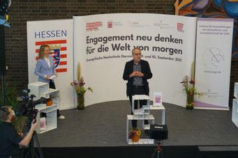 Prof. Dr. Willehad Lanwer, Präsident der Evangelischen Hochschule Darmstadt, heißt die digitalen und vor Ort Anwesenden herzlich willkommen. | © Foto: S. Schlitt, EKKW