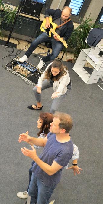 """Improvisationstheater """"Für Garderobe keine Haftung"""" beim  II. Hessischen Engagementkongress 2021.   © Foto: S. Schlitt, EKKW"""