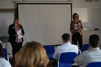 Carina Merth und Katharina Heinen (Hessisches Kultusministerium) beim II. Hessischen Engagementkongress 2021 an der Ev. Hochschule Darmstadt.   © Foto: S. Schlitt, EKKW