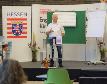 Dr. Ulf Häbel beim II. Hessischen Engagementkongress 2021 an der Ev. Hochschule Darmstadt.   © Foto: S. Schlitt, EKKW