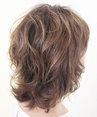 くせ毛を活かしてパーマスタイルのようにカット。お手入れ簡単、便利な髪型。