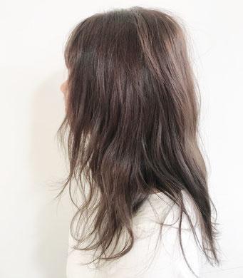 波打つウェーヴと暗めのアッシュのヘアカラーが柔らかいナチュラルなイメージ。プレックスパーマカラーでダメージが94%も削減できます。