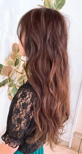 プレックスカラーで傷みがほぼ気にならないので長い髪の毛先にも気軽に染められます。艶と手触りはおどろくほど気持ちいです