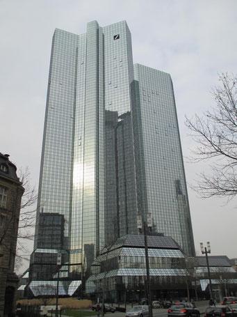 Die verspiegelten Glasfassaden der Deutschen Bank Türme eignen sich im Sinne dieser Galerie natürlich hervorragend.