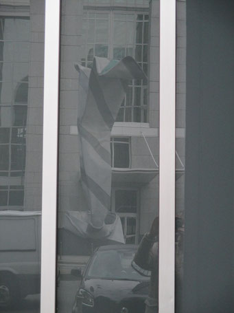 Oder ist Wahrheit Täuschung? Diese Skulptur jedenfalls mag manchem erst als Kunstwerk erscheinen, sobald er sie gespiegelt sieht ...