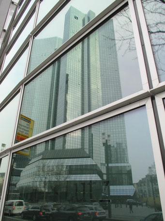 Die Deutsche Bank selbst spiegelt sich anderswo ...
