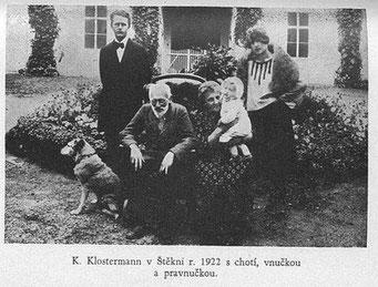 1922 in Stêkni mit seiner Frau und zwei Enkelinnen