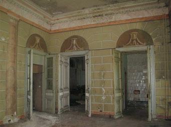 Высокие двупольные резные двери с живописными изображениями ваз с цветочными гирляндами в десюдепортах ведут в анфиладу.