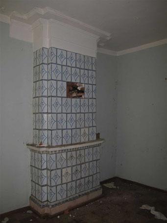 В невысоких жилых комнатах, лишенных декоративной отделки, сохранились несколько печей с орнаментальной росписью изразцов.
