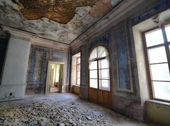 Некоторые комнаты сохранились хуже.