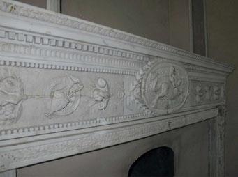 Облицовка печи интересна своими каменными изразцами. Немного фрагментов этой античной отделки.