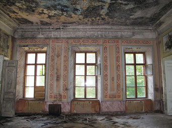 Зал в более розовых тонах, с орнаментом и лепным потолочным карнизом-фризом.