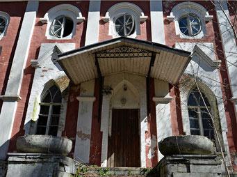 Вход в один из двух сохранившихся флигелей. Они являются самыми старинными постройками усадьбы. В 1970-х им вернули первоначальный облик (конца XVIII века).