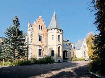 Дом выстроен в анлийском стиле, известном как викторианская неоготика