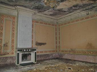 Сохранившийся камин красной гостиной.