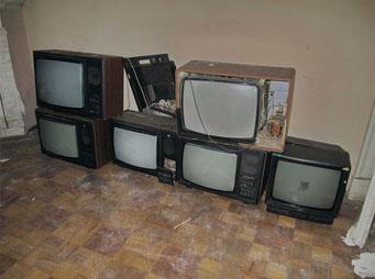 Есть на первом этаже комнаты и без росписных стен, но с кучей телевизоров советского времени.