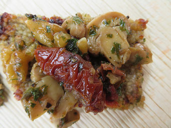 Couscous-Schnitten mit Pilzen und Tomaten