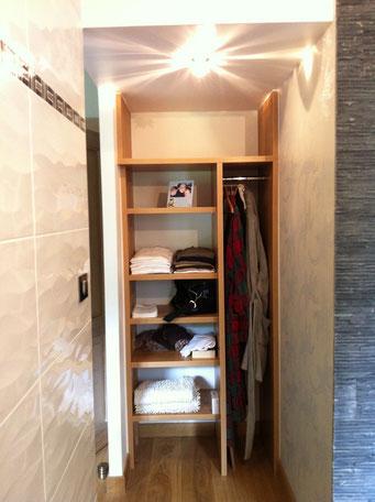 vue sur placard de la salle de bains après (porte miroir en préparation)