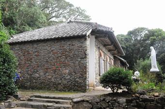 大野教会堂。石造りで西洋風の窓がついています。ド・ロ神父が建てたので、この壁は石なのに「ドロ壁」と呼ばれています。