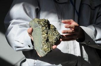 鉱石はきれいです。銅に硫黄が混じると黄銅鉱になります。