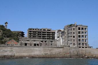 台風の時は建物の上まで波が来たそうです。右の建物が小学校、左に神社跡も見えています。