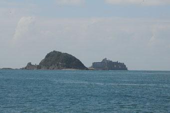 石炭生産の拠点だった池島を出ると、軍艦島が見えてきました。
