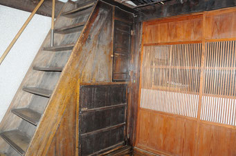 三島由紀夫さんが逗留した寺田邸。急傾斜の階段でした。