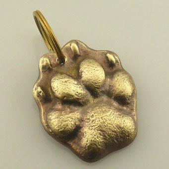Anfertigung eines individuellen Schlüsselanhängers aus massivem Messing. Gefertigt nach dem Pfotenabdruck eines kleinen Hundes der Kundin. - nachguss.de