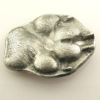 """Anfertigung von individueller Gürtelschnalle nach Pfotenabdruck eines Hundes. Handarbeit aus Aluminium, Oberfläche """"antik"""". - nachguss.de"""