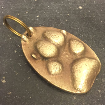 Schlüsselanhänger, individuell gefertigt nach Abdruck einer Hundepfote. Massivem Messing mit patinierter Oberfläche. - nachguss.de