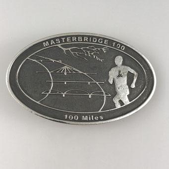 """Individuelle Gürtelschnalle für Finischer des 100 Meilen Laufs """"Masterbridge 100, 100 Miles"""". Gefertigt in Handarbeit aus Messing mit Oberfläche in antik vernickelt. - nachguss.de"""