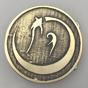 Individuelle Gürtelschnalle, gefertigt nach Kundenwunsch mit Logo. Handarbeit (Sandgussverfahren) aus massivem Messing mit patinierter Oberfläche. - nachguss.de