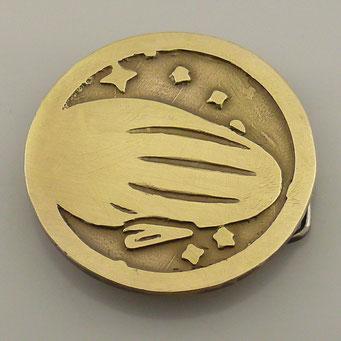 Anfertigung von Gürtelschnalle nach Logo des Kunden. Material: Messing mit patinierter Oberfläche. Herstellung: Sandguss (Handarbeit) - nachguss.de