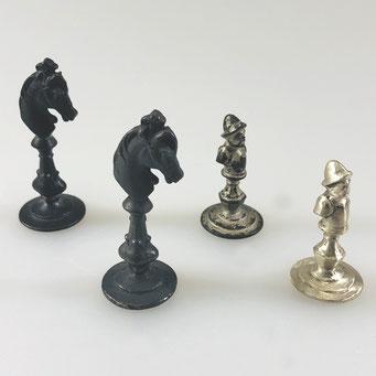 Nachguss von historischen Schachfiguren. Gefertigt aus massivem Neusilber in echter Handarbeit. Der Läufer wurde abschließend dunkel patiniert. - nachguss.de
