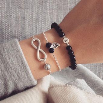 Bei SR Jewelry kannst du Namensarmbänder ganz einfach online kaufen. Armband selbst gestalten. Namensarmband. Perlenarmband mit Namen. Schwester Armband.