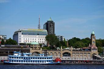 St. Pauli Landungsbrücken mit Hotel Hafen Hamburg